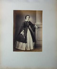 Richebourg 52 - Pierre Ambroise Richebourg Portrait d'une femme à l'eventail