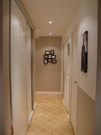 2 couloirs long, très étroit et sombre avec escalier