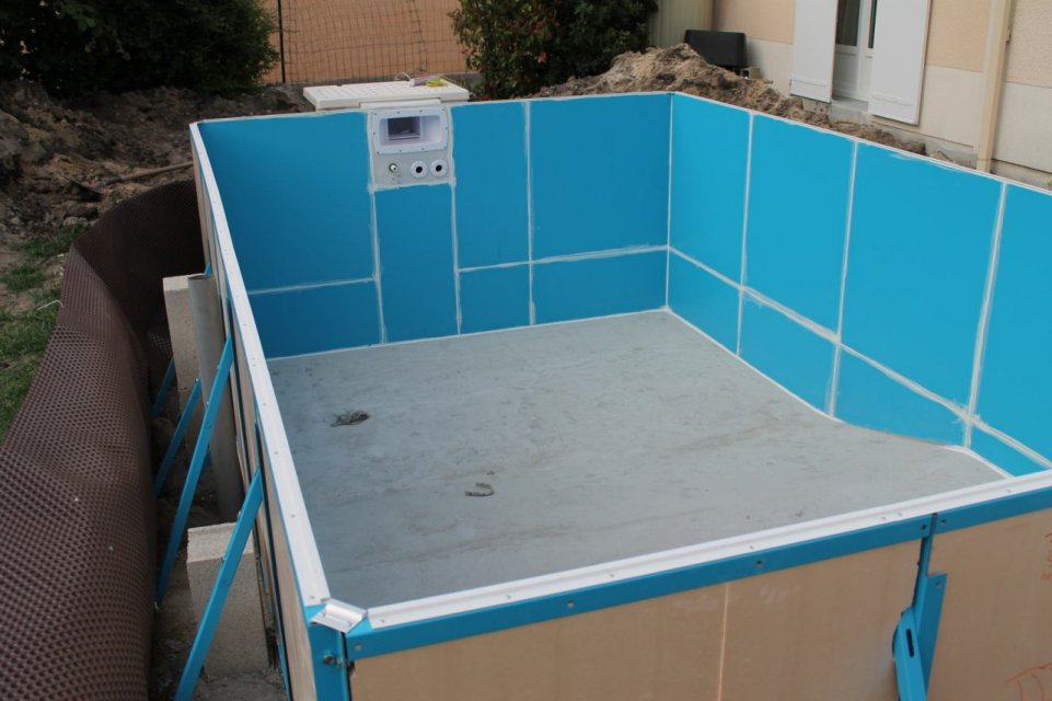 Construction d 39 une piscine aqua discount semi enterr e for Bloc de filtration piscine
