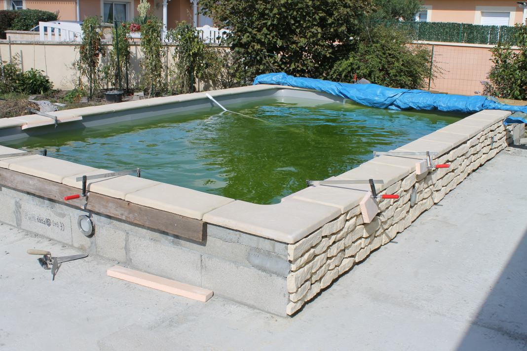 Habillage piscine semi enterrée