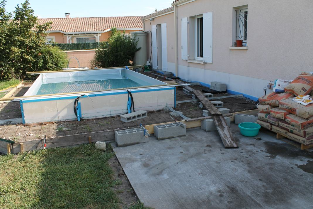 Construction d 39 une piscine aqua discount semi enterr e for Piscine hors sol en palette