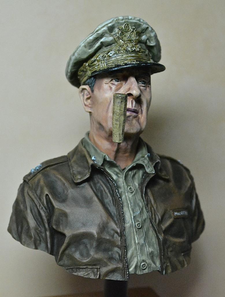 U.N. supreme commander Gen. Douglas MacArthur / LIFE MINIATURES 14042711590312278512181130