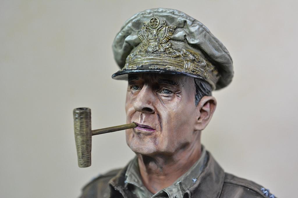 U.N. supreme commander Gen. Douglas MacArthur / LIFE MINIATURES 14042711590812278512181132