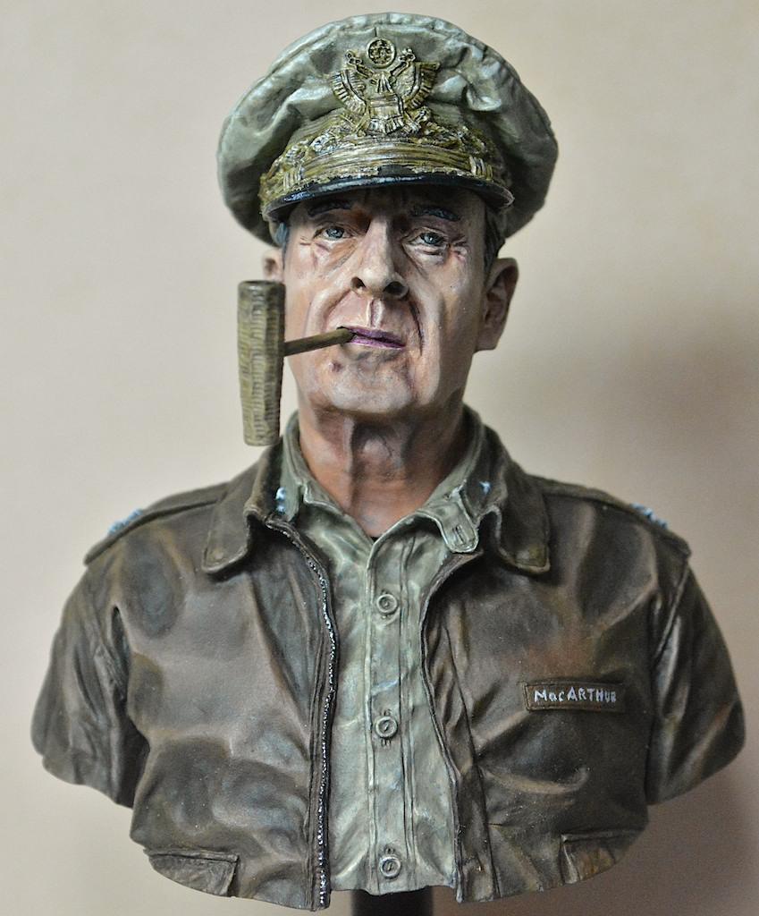 U.N. supreme commander Gen. Douglas MacArthur / LIFE MINIATURES 14042711591212278512181133