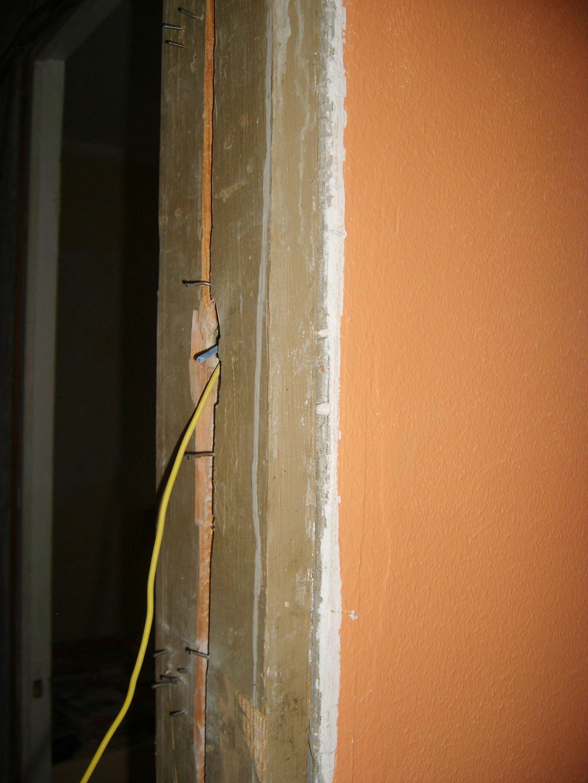 Sortie cables dans bati de porte for Bati de porte en bois