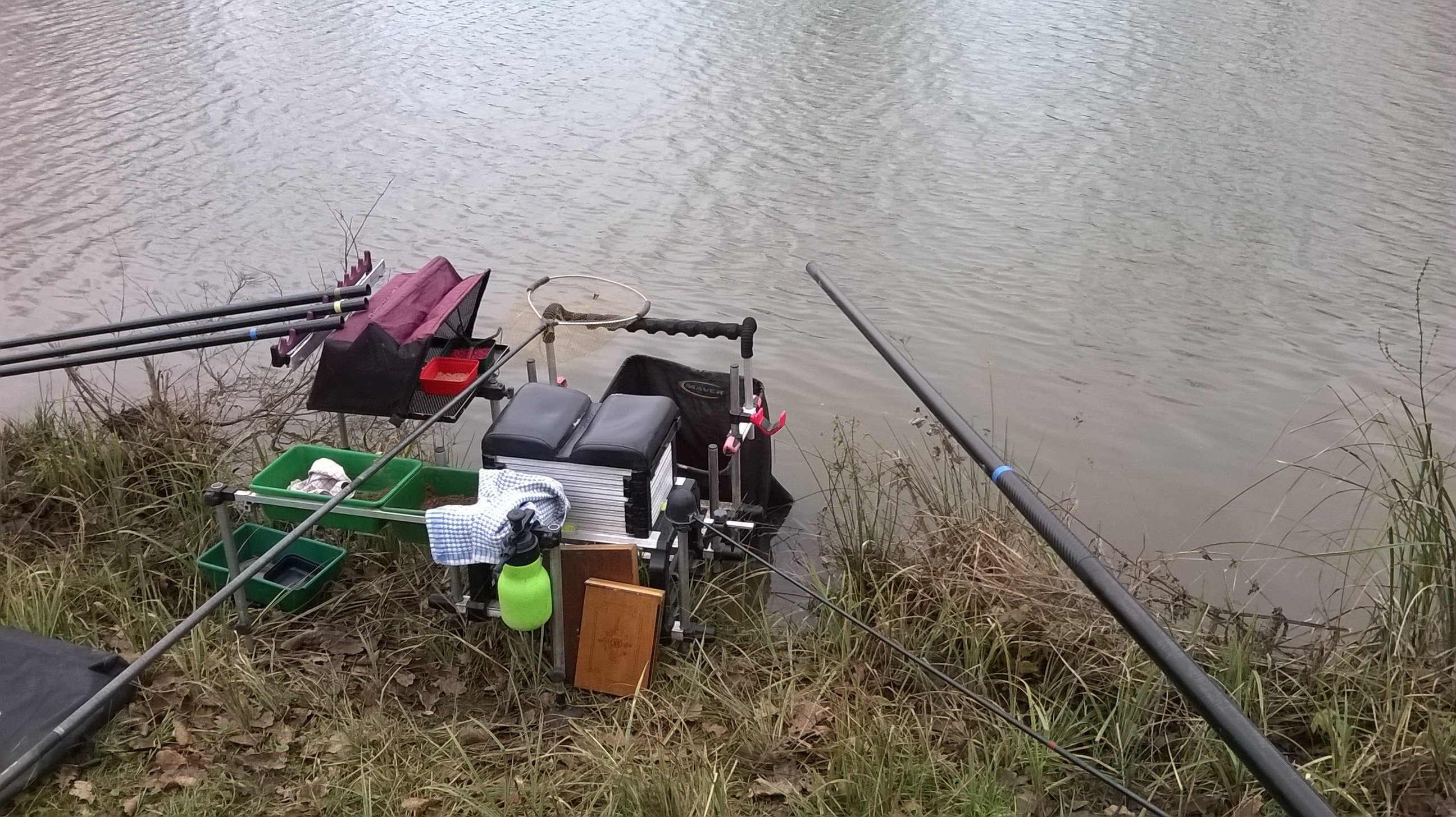 Le jeu mobile la pêche pour les amis où attraper