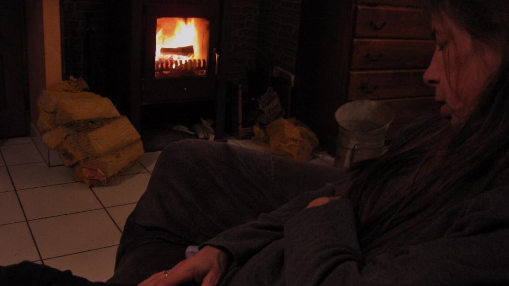 sylvie edith dormant devant le feu de foyer
