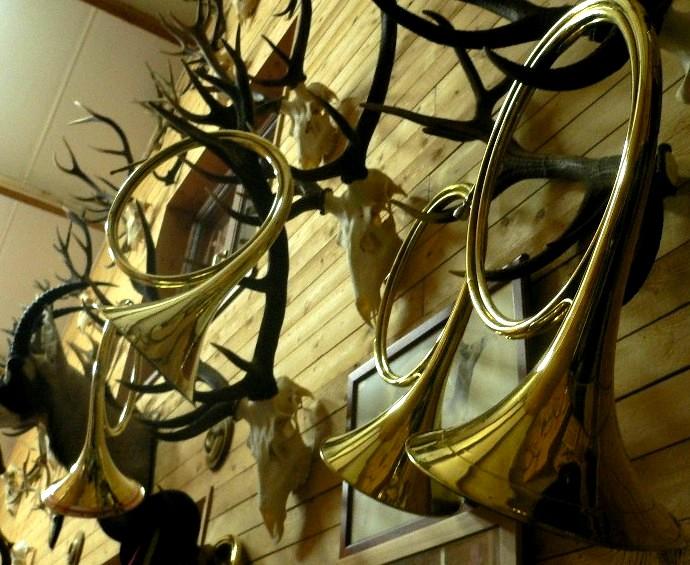 Trompe, trompes de chasse (photo par Jacques Ballériaux, veneur de Sainte Marie-Madeleine)