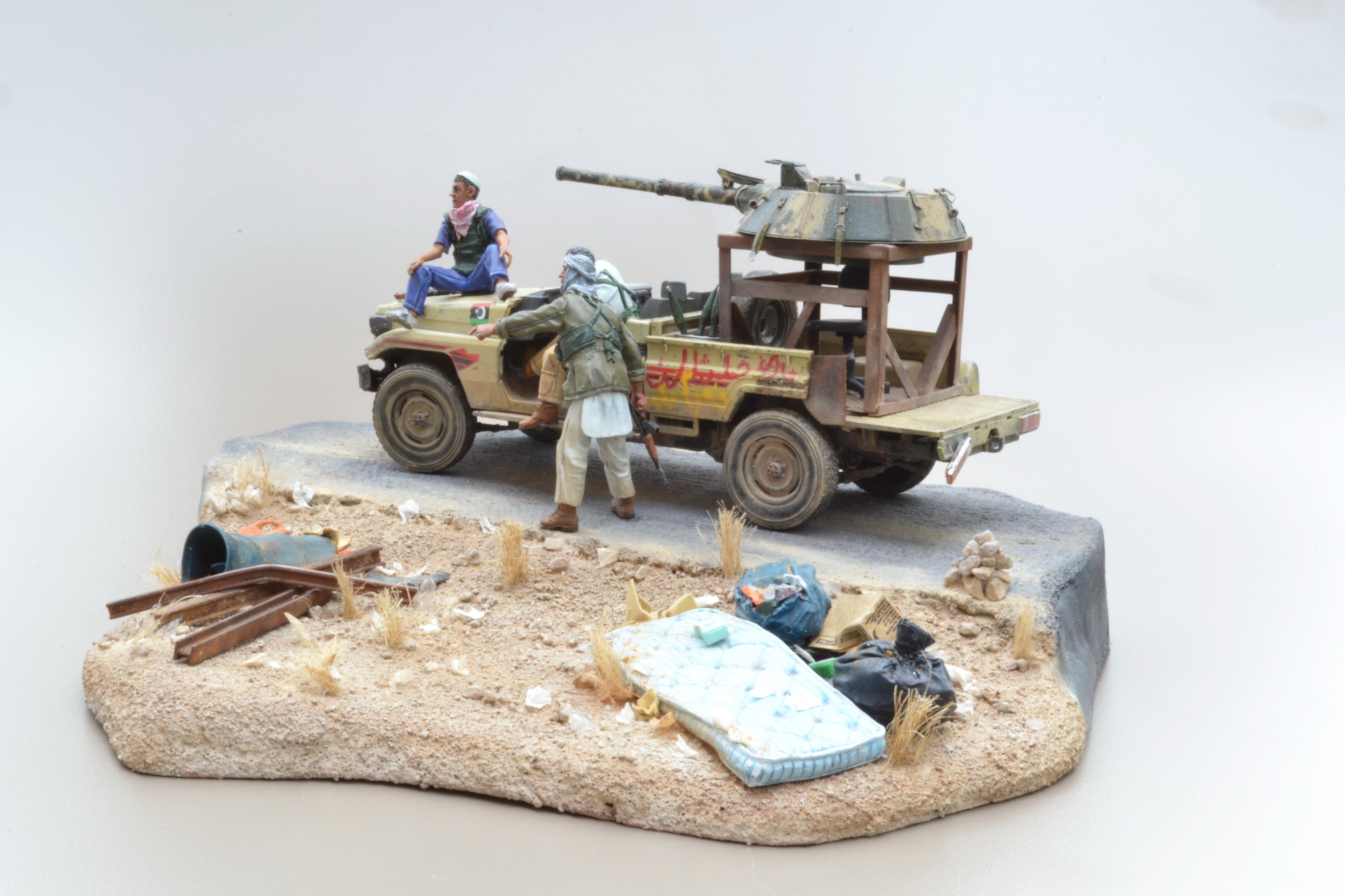 Pick-up (MENG)+tourelle BMP 1/35 (DEF model) - Page 4 16042204022815742614172218