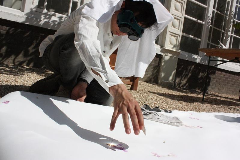 Akira brule sa toile avec le soleil