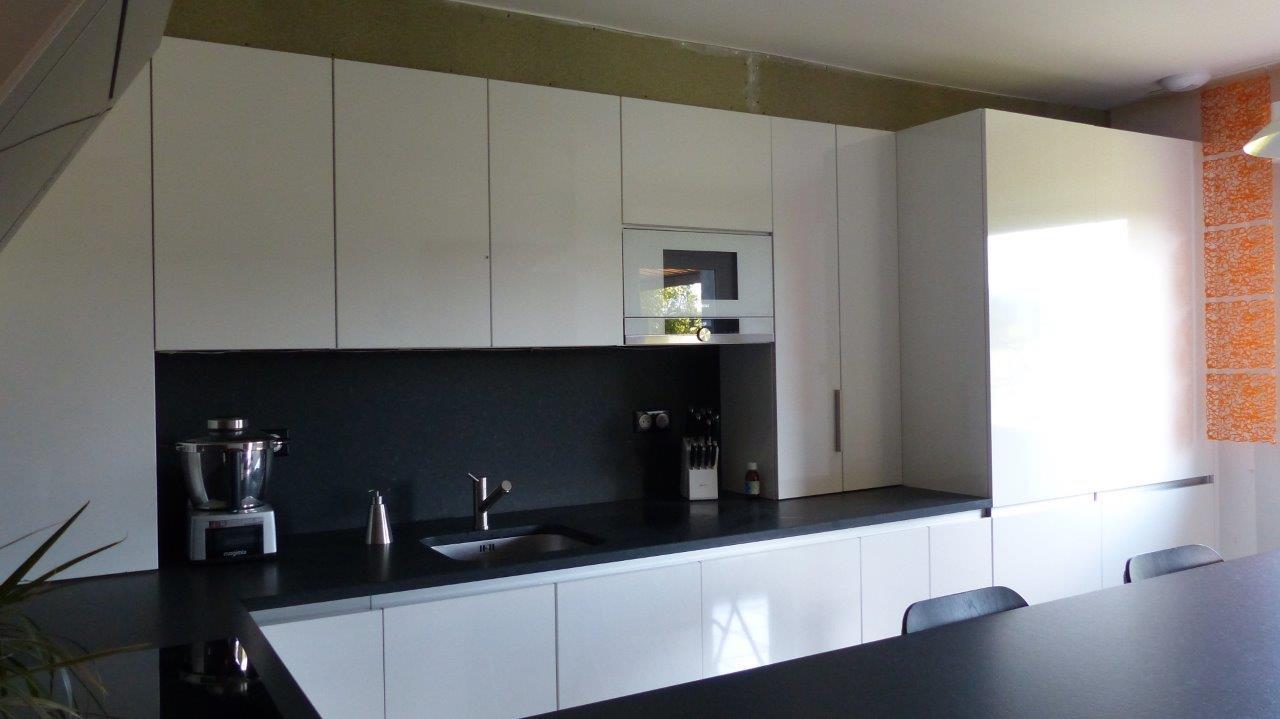 Idée déco pour cuisine laquée blanche et plan de travail noir 16090108430322010714464083
