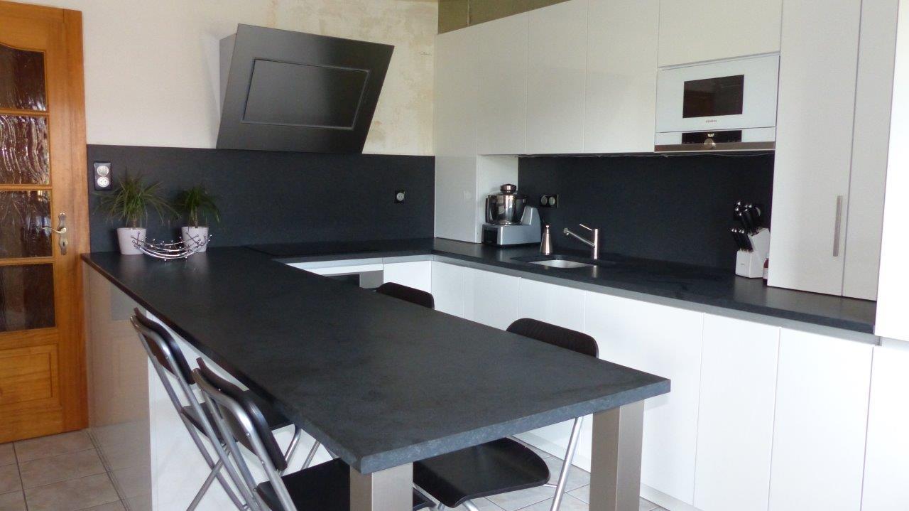 Idée déco pour cuisine laquée blanche et plan de travail noir 16090108430622010714464085