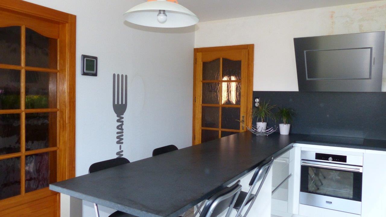 id e d co pour cuisine laqu e blanche et plan de travail noir. Black Bedroom Furniture Sets. Home Design Ideas
