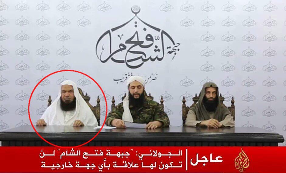 Le 28 juillet 2016, Abu Muhammad al-Jolani, au centre, annonce la fondation de Jabhat Fath al-Sham, soi-disant hors du giron d'Al-Qaeda. Il est flanqué d'Abu Faraj al-Masri, ici cerclé de rouge, et d'Abu Abdullah al-Shami, juge de la charia.