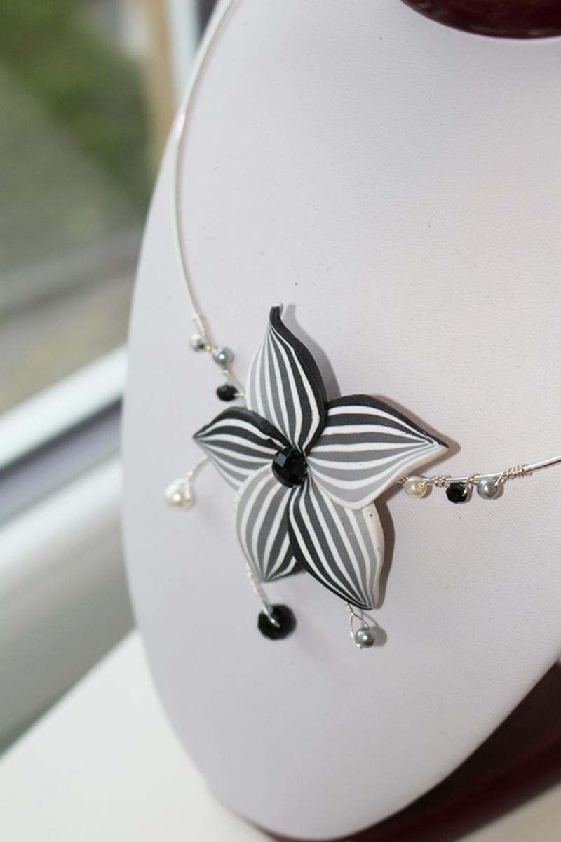 collier chic fleur grise
